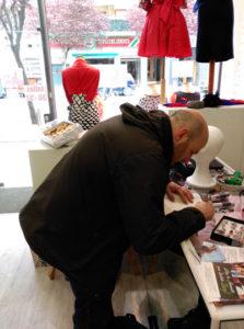 Germán ruiz firmando su libro